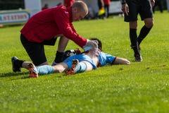 Joueur de football obtenant le traitement Photo stock