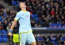Joueur de football réaction fâchée et de frustration pendant le jeu de ligue de champions d'UEFA image stock