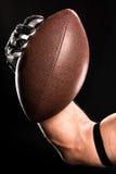 Joueur de football tenant la boule Images stock