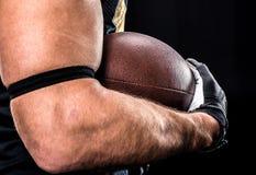 Joueur de football tenant la boule Photographie stock