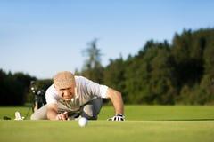 Joueur de golf aîné en été Photographie stock libre de droits