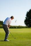 Joueur de golf aîné en été Images stock