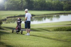 Joueur de golf mûr d'homme avec le chapeau photo libre de droits