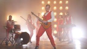 Joueur de guitare élégant doué sur l'étape banque de vidéos
