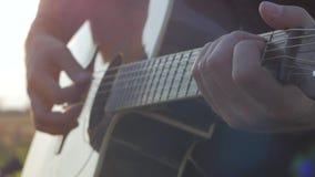 Joueur de guitare avec de longs cheveux et chemise noire banque de vidéos