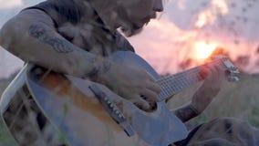 Joueur de guitare avec de longs cheveux et chemise noire clips vidéos