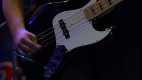 Joueur de guitare basse sur la basse de jeux d'étape banque de vidéos