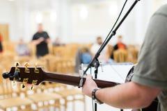 Joueur de guitare d'homme sur la guitare acoustique Image libre de droits