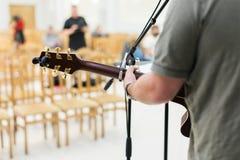 Joueur de guitare d'homme sur la guitare acoustique Photo stock