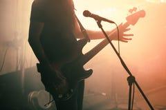 Joueur de guitare de basse de roche sur l'étape Photographie stock