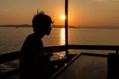 Joueur de guitare de coucher du soleil de Komodo Photos stock