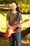 Joueur de guitare en parc Image libre de droits