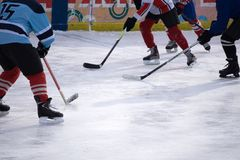 Joueur de hockey dans de glace d'arène le junior à l'intérieur photo libre de droits