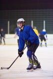 Joueur de hockey de glace dans l'action Photos stock
