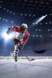 Joueur de hockey de glace sur l'arène de glace photos stock