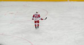 Joueur de hockey de glace seul patinant photographie stock