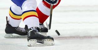 Joueur de hockey de glace sur la glace photos stock