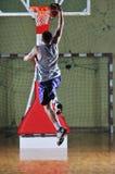 Joueur de jeu de bille de panier à la salle de gymnastique Images libres de droits
