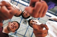 Joueur de jeu de bille de panier à la salle de gymnastique Photo libre de droits