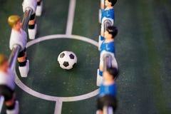 Joueur de jeu de football du football de Tableau Boule du football sur le terrain de jeu photo stock