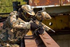Joueur de Paintball dans l'uniforme de camouflage Image stock