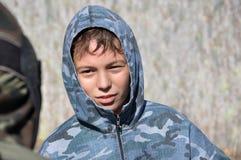 Joueur de Paintball dans le camouflage dehors photographie stock