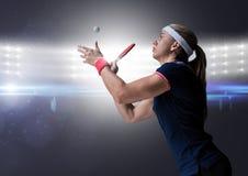 Joueur de ping-pong contre les lumières lumineuses Image libre de droits
