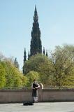 Joueur de pipeau jouant à Edimbourg, Ecosse Image stock