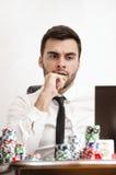Joueur de poker en ligne nerveux photographie stock