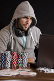 Joueur de poker en ligne pissé de Photographie stock