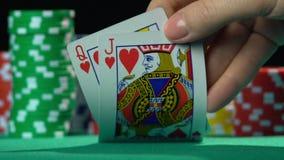Joueur de poker montrant des cartes, reine et cric des coeurs Amour inégal, mésalliance banque de vidéos