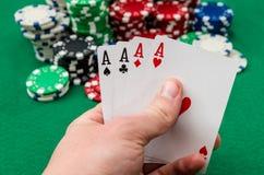 Joueur de poker qui tient jouer des cartes images stock
