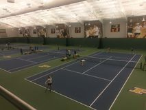 Joueur de Purdue servant à son adversaire dans le tennis Image libre de droits
