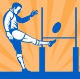 Joueur de rugby donnant un coup de pied la bille Photographie stock libre de droits