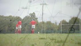 Joueur de rugby donnant un coup de pied la boule entre les poteaux avec des connexions sur le premier plan illustration libre de droits