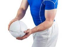 Joueur de rugby environ pour jeter la boule de rugby Photos stock