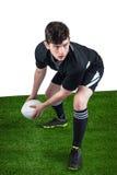 Joueur de rugby environ pour jeter la boule de rugby Image libre de droits