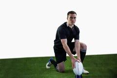 Joueur de rugby prêt à faire un coup-de-pied de baisse Images stock