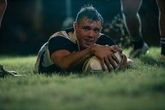 Joueur de rugby rayant un essai photos stock