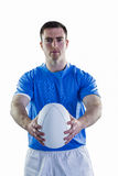Joueur de rugby remettant une boule de rugby Photographie stock