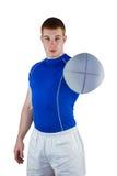 Joueur de rugby remettant une boule de rugby Image stock