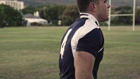 Joueur de rugby semblant fatigué après le jeu banque de vidéos