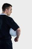 Joueur de rugby tenant une boule de rugby Images stock