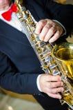 Joueur de saxophone Saxophoniste avec l'instrument de Jazz Music d'alto de saxo photo libre de droits