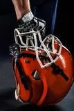 Joueur de sportif de football américain tenant le casque Image libre de droits