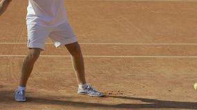 Joueur de tennis amateur masculin frappant la boule avec la raquette, concurrence lent-MOIS de courge clips vidéos