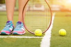Joueur de tennis avec l'équipement sur la pelouse Image stock