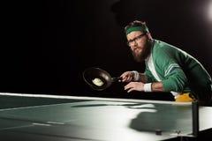 joueur de tennis avec la poêle avec l'oeuf jouant le ping-pong photo stock