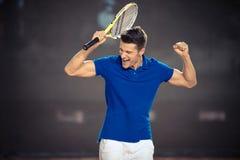 Joueur de tennis célébrant sa victoire images libres de droits