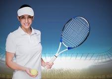 Joueur de tennis contre le stade avec les lumières lumineuses et le ciel bleu Image libre de droits
